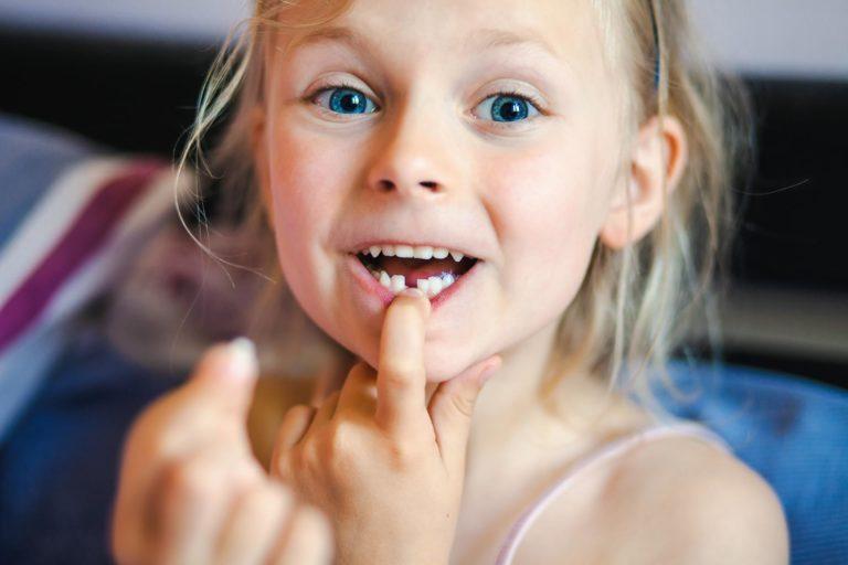 Une petite fille vient de perdre une dent de lait à Genève