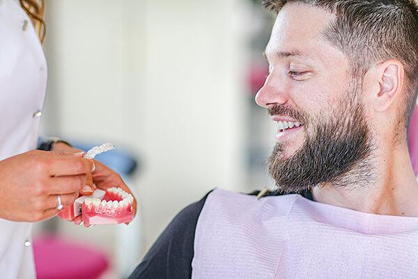 Consultation pour un traitement orthodontique Invisalign au cabinet Dental Geneva